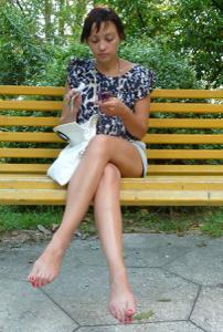 Жена показывает трусики сидя на лавочке - фото #37