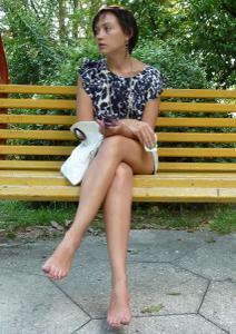 Жена показывает трусики сидя на лавочке - фото #38