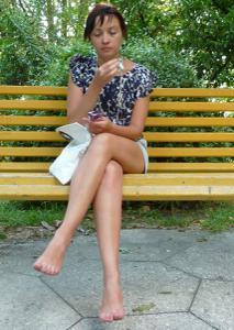 Жена показывает трусики сидя на лавочке - фото #39