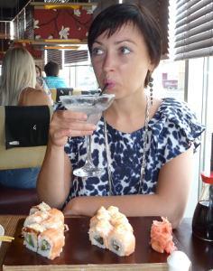 Жена показывает трусики сидя на лавочке - фото #4