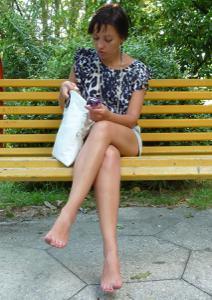 Жена показывает трусики сидя на лавочке - фото #40