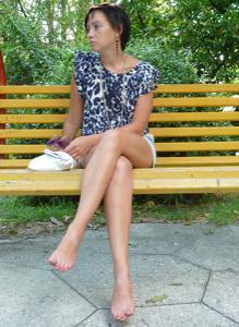 Жена показывает трусики сидя на лавочке - фото #41