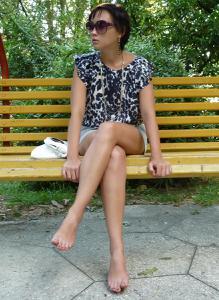 Жена показывает трусики сидя на лавочке - фото #42