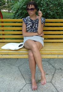 Жена показывает трусики сидя на лавочке - фото #45