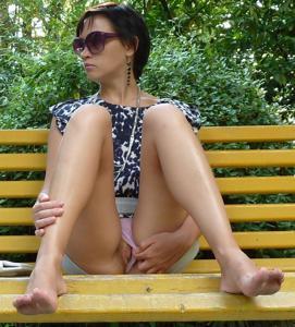 Жена показывает трусики сидя на лавочке - фото #47