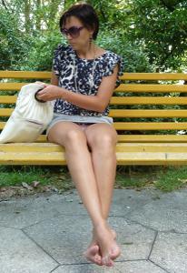 Жена показывает трусики сидя на лавочке - фото #48
