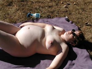 Беременная загорает голышом и мастурбирует - фото #1