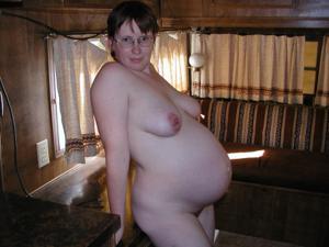 Беременная загорает голышом и мастурбирует - фото #19
