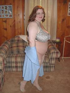 Жирная тетка показала сиськи и пузо - фото #10