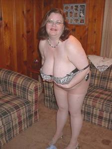 Жирная тетка показала сиськи и пузо - фото #12
