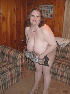 Жирная тетка показала сиськи и пузо - фото #13