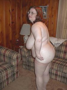 Жирная тетка показала сиськи и пузо - фото #14