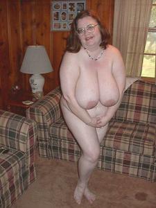 Жирная тетка показала сиськи и пузо - фото #17