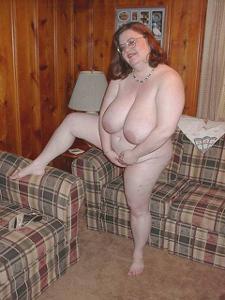 Жирная тетка показала сиськи и пузо - фото #19