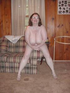 Жирная тетка показала сиськи и пузо - фото #21