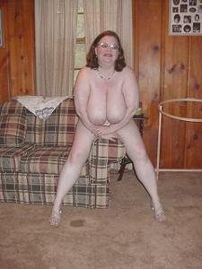Жирная тетка показала сиськи и пузо - фото #22