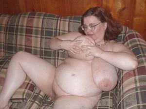 Жирная тетка показала сиськи и пузо - фото #26