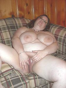 Жирная тетка показала сиськи и пузо - фото #27