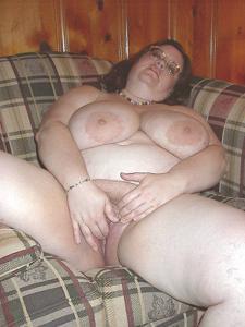 Жирная тетка показала сиськи и пузо - фото #28