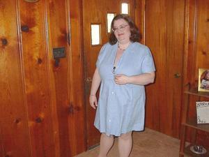 Жирная тетка показала сиськи и пузо - фото #3