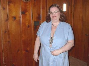Жирная тетка показала сиськи и пузо - фото #4