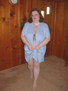 Жирная тетка показала сиськи и пузо - фото #5