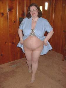 Жирная тетка показала сиськи и пузо - фото #6
