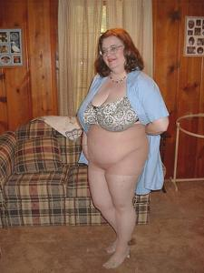 Жирная тетка показала сиськи и пузо - фото #7