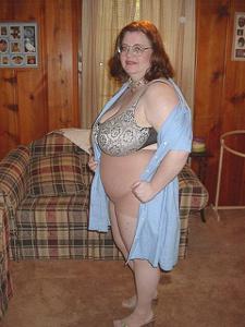 Жирная тетка показала сиськи и пузо - фото #8