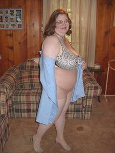 Жирная тетка показала сиськи и пузо - фото #9