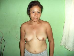 Зрелая дама оголила натуральный торс - фото #8