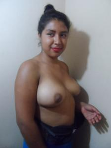 Пухленькая мексиканка топлесс