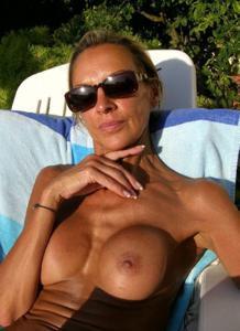 Зрелые женщины загорают голыми - фото #1