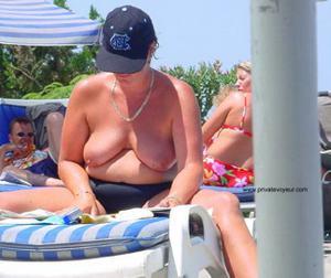 Зрелые женщины загорают голыми - фото #11