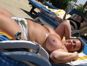 Зрелые женщины загорают голыми - фото #13