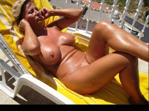 Зрелые женщины загорают голыми - фото #15