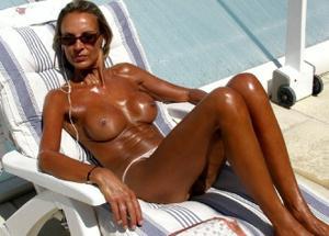 Зрелые женщины загорают голыми - фото #2