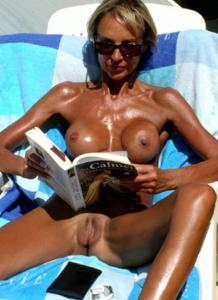 Зрелые женщины загорают голыми