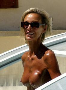 Зрелые женщины загорают голыми - фото #4