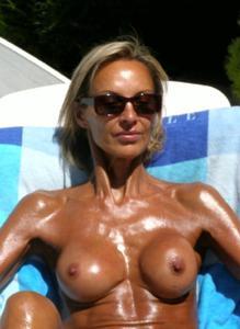 Зрелые женщины загорают голыми - фото #7