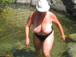 Зрелые женщины загорают голыми - фото #8