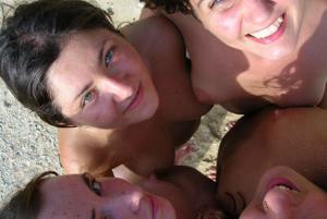 Четыре подружки на пляже