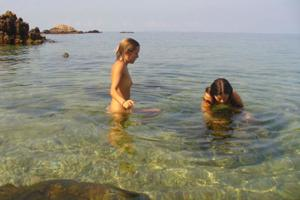 Четыре подружки на пляже - фото #9