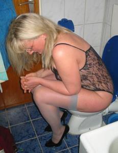 Женщины в чулках сидят на унитазе - фото #12