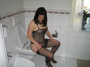 Женщины в чулках сидят на унитазе - фото #15
