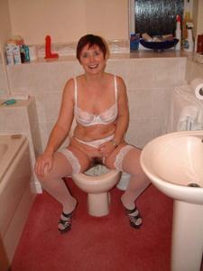 Женщины в чулках сидят на унитазе - фото #18