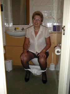 Женщины в чулках сидят на унитазе - фото #22