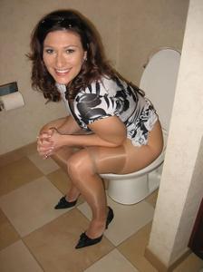 Женщины в чулках сидят на унитазе