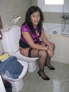 Женщины в чулках сидят на унитазе - фото #24