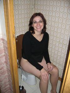 Женщины в чулках сидят на унитазе - фото #26